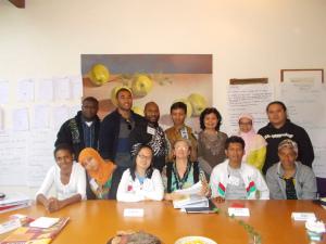 Duduk dari kiri: Gynnie, Ulfa, saya, Suzy (leadership trainer), Duma, Mapun. Berdiri dari kiri: Rickson, Tevita, Gabriel, Udin, Cucu (translator), Dian, Tommy